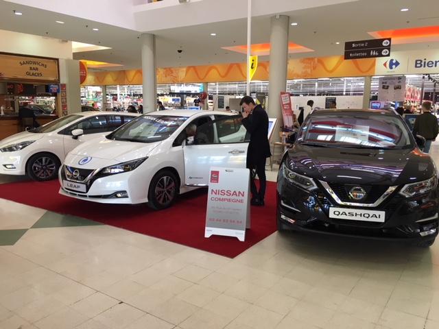 La concession Nissan, exposition auto dans la galerie de Carrefour Venette