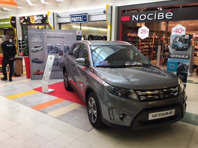 La concession Suzuki, exposition auto dans la galerie de Carrefour Venette